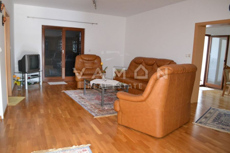 Kuća  prizemnica 132 m2+ pomoćni objekat 42 m2, 4 km od mora