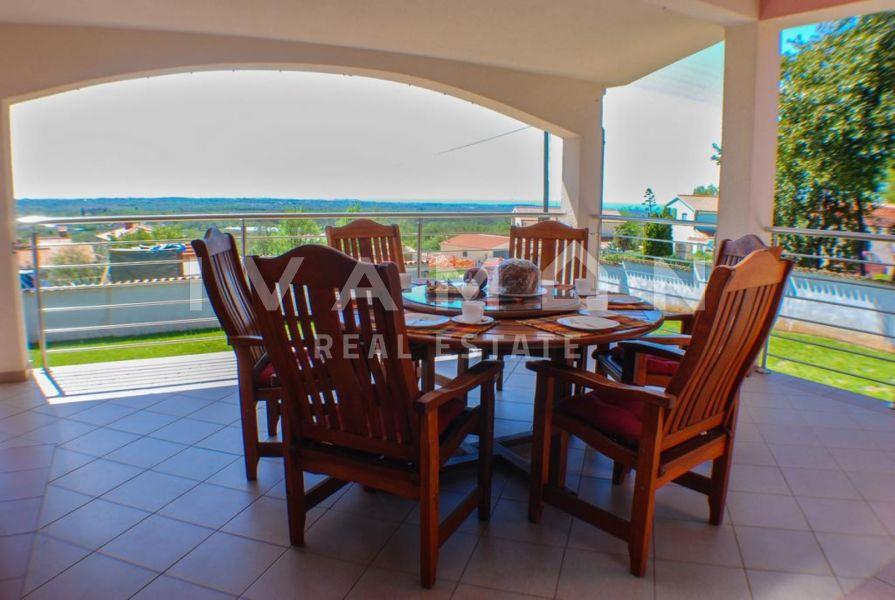 Samostojeća kuća s bazenom i pogledom na more