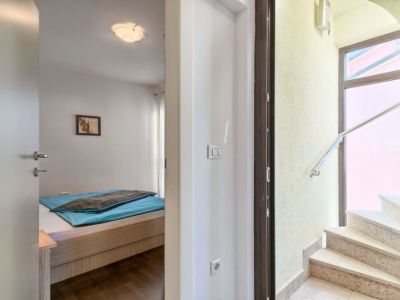 Umag, kuća sa 7 apartmana, 300 metara od mora