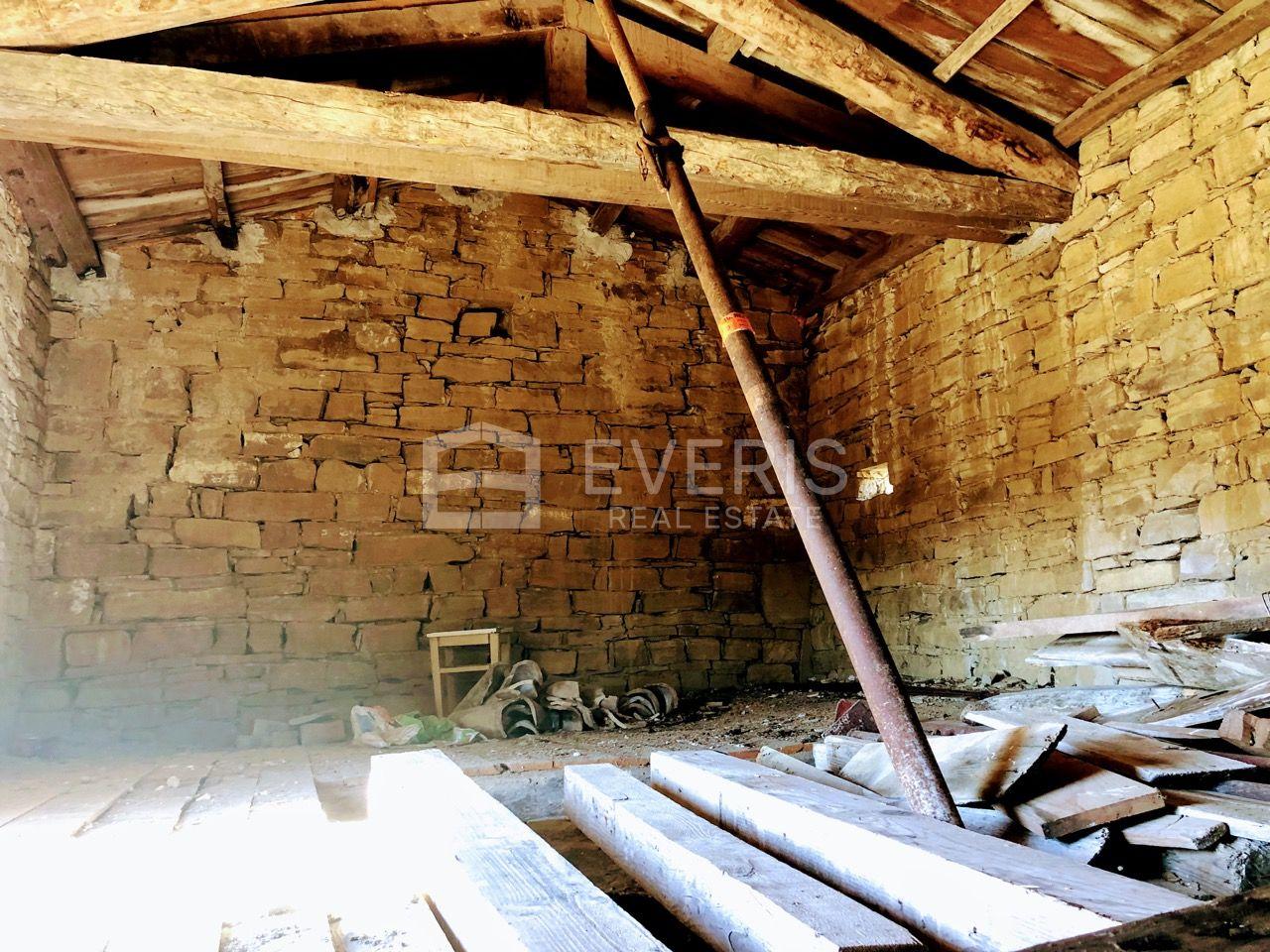 Istra, kamena kuća sa zemljištem od 61.499 m2
