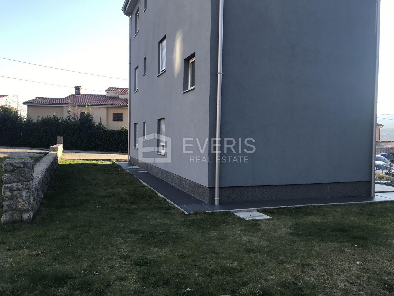 Kastav, Rubeši, stan u prizemlju 70 m2 + 45 m2 okućnice