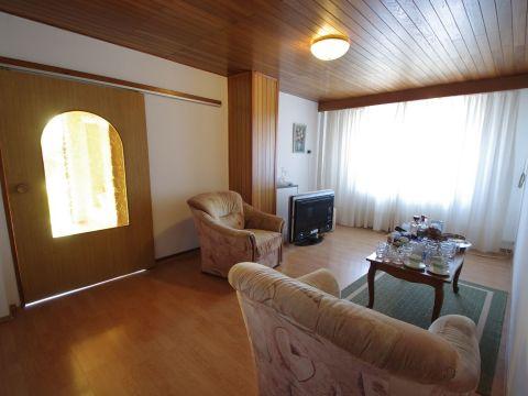 Kastav, samostojeća kuća s dva stana (P+1), pogledom na more i velikom okućnicom s gospodarskom zgradom