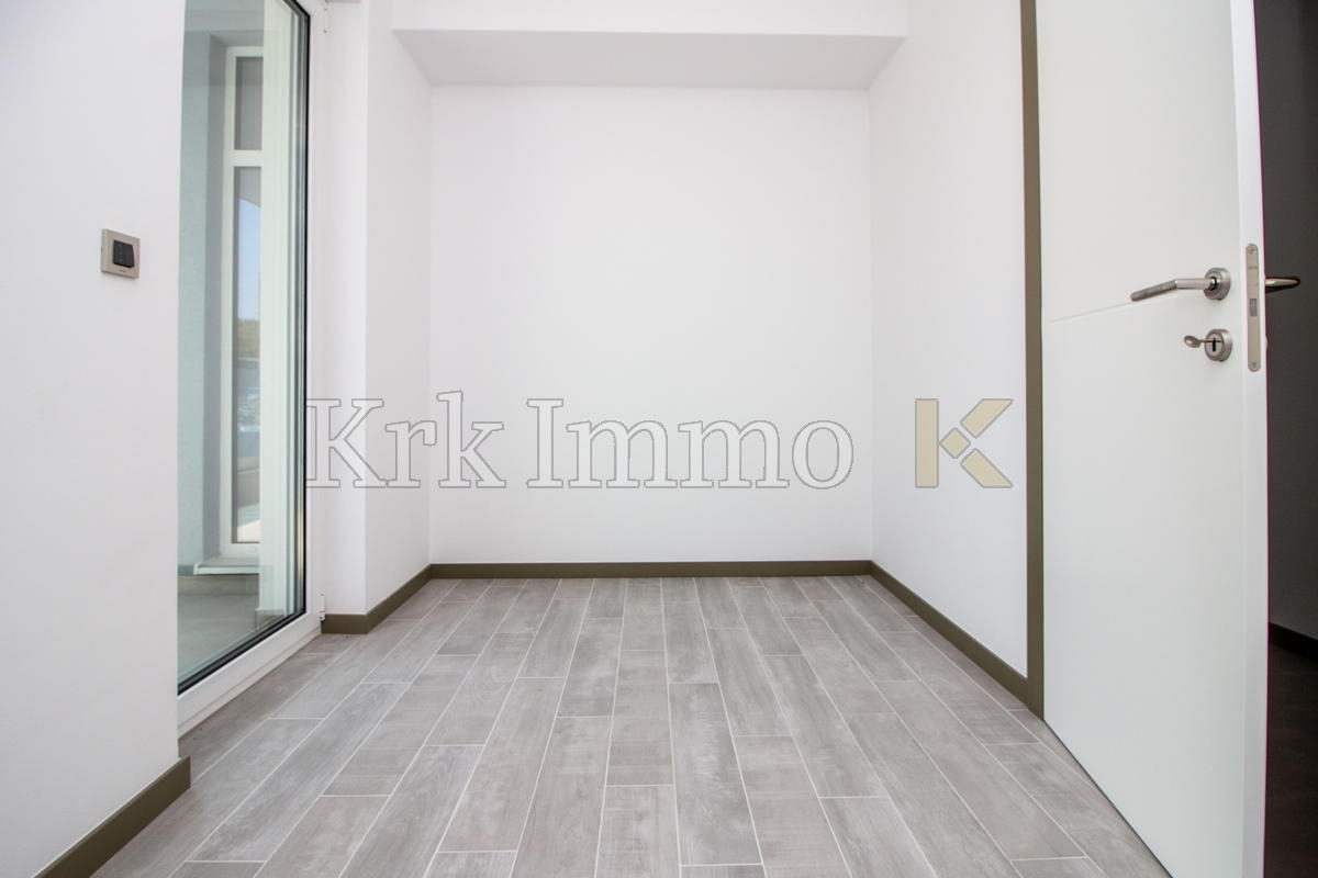 First floor with sea view. Swimming pool.