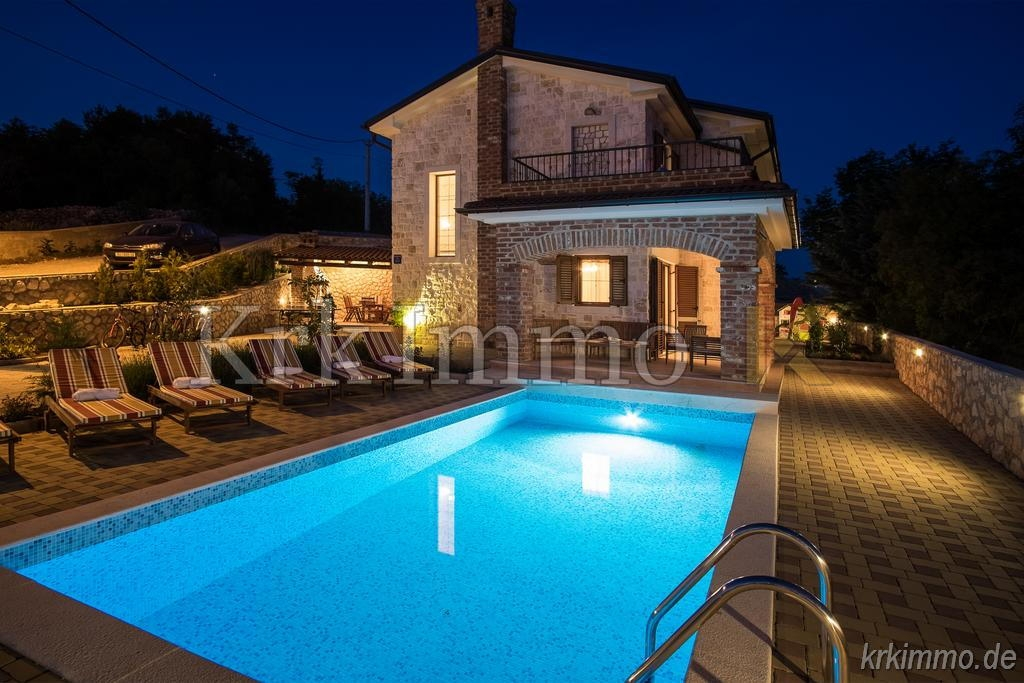 Opremljena kuća s pogledom na more. Jacuzzi i bazen.