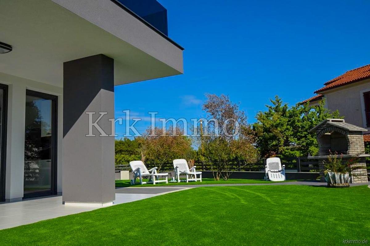 Samo 150m od morja. Idealno stanovanje v pritličju z vrtom.