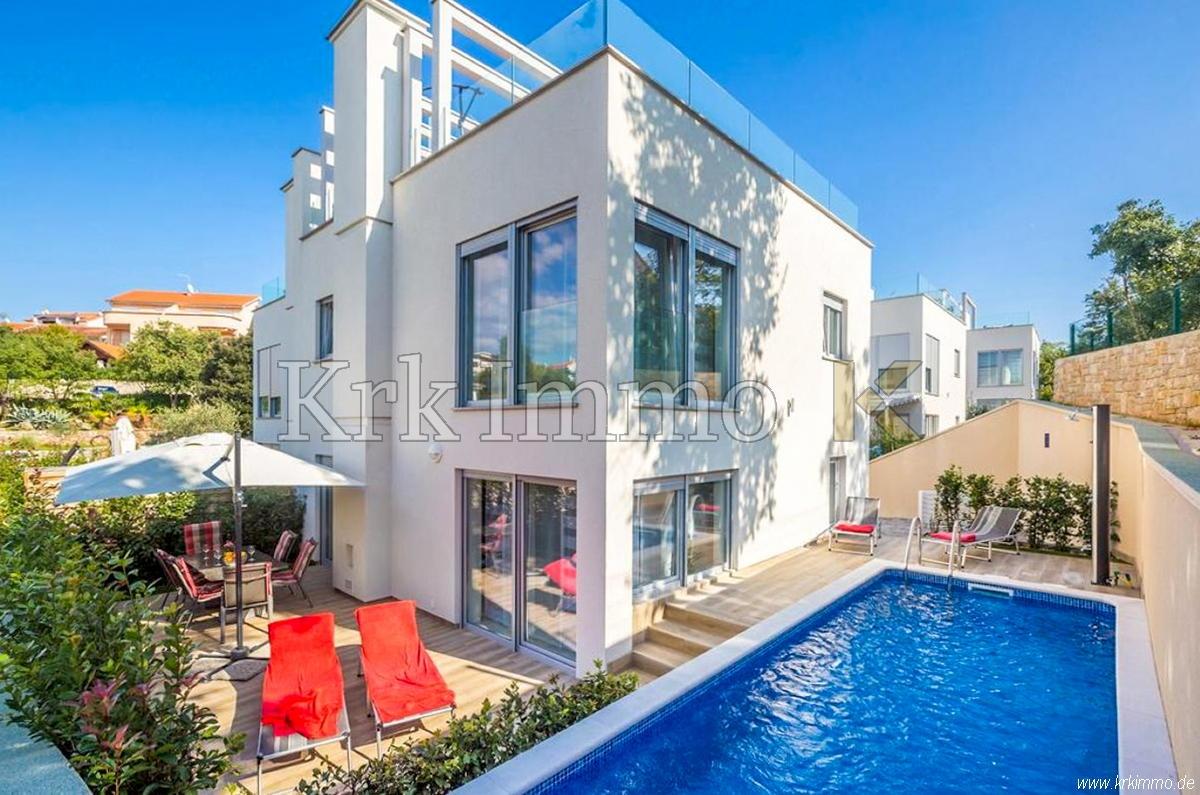 Neues modernes Haus mit Pool in der Nähe des Meeres.