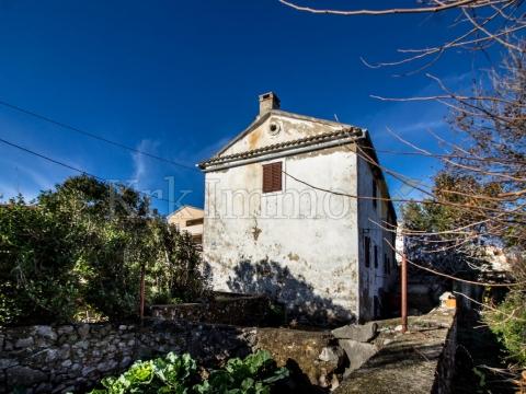 200m od mora. Autohtona kamena kuća. Rijetkost.
