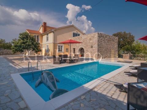 Kuća s velikom okućnicom i bazenom.