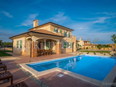 Vila na otoku Krku sa velikom okućnicom i bazenom.