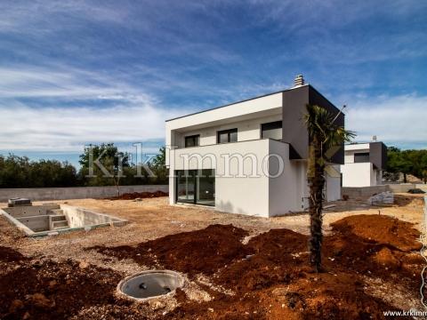 Neue Häuser mit Meerblick. Schwimmbad.