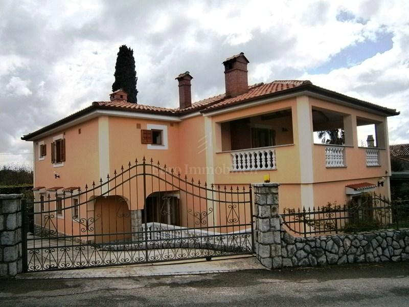 Moderno opremljena kuća s velikom okućnicom