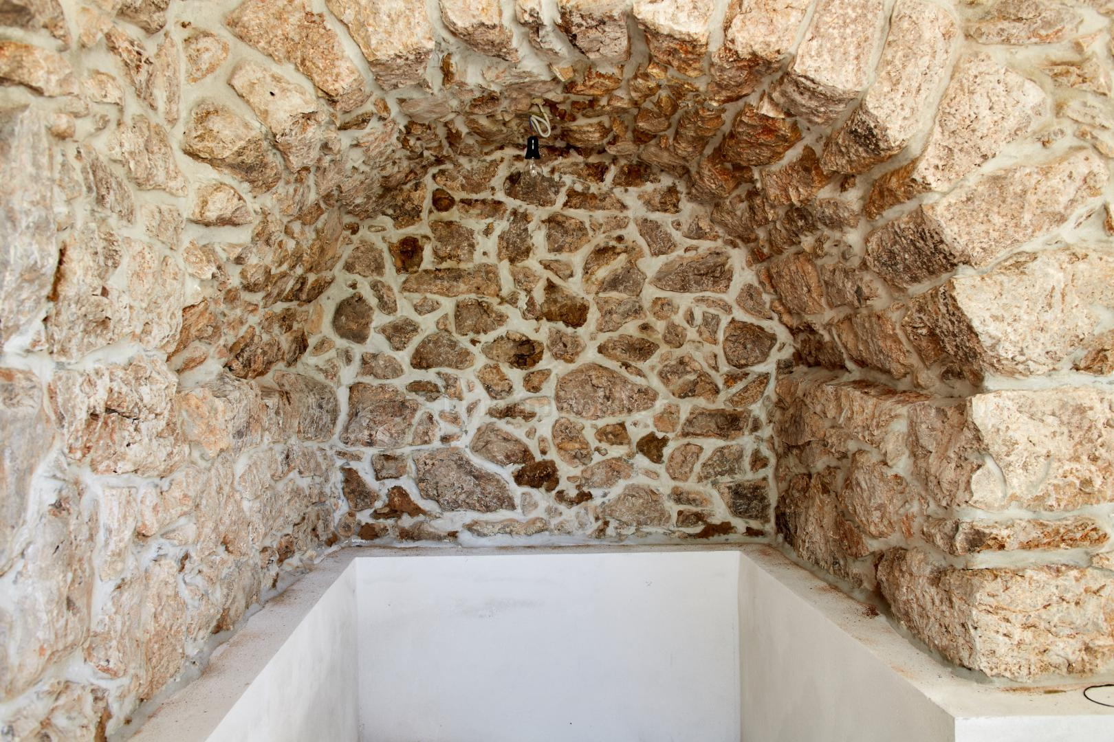 Renovirana kamena kuća sa okućnicom