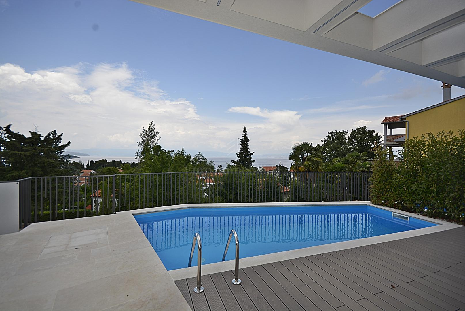 Modern villa with swimming pool 200 from the sea, Haus