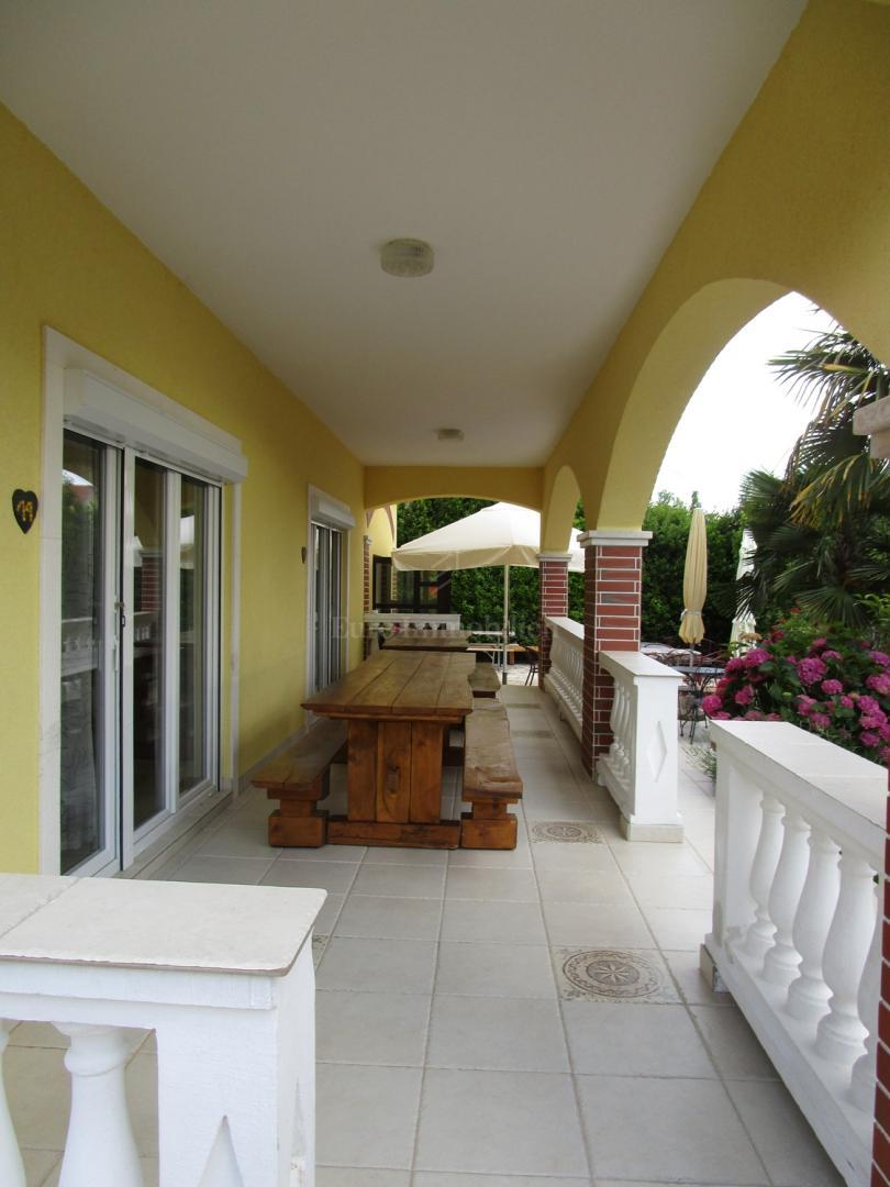 Peachy Detached House With A Three Bedroom Apartment And 17 Rooms Home Interior And Landscaping Synyenasavecom
