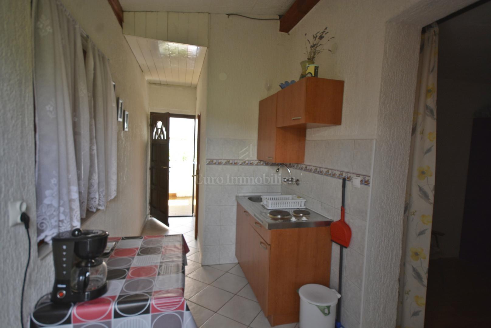 Samostojeća kuća sa 6 apartmana 100 m od mora