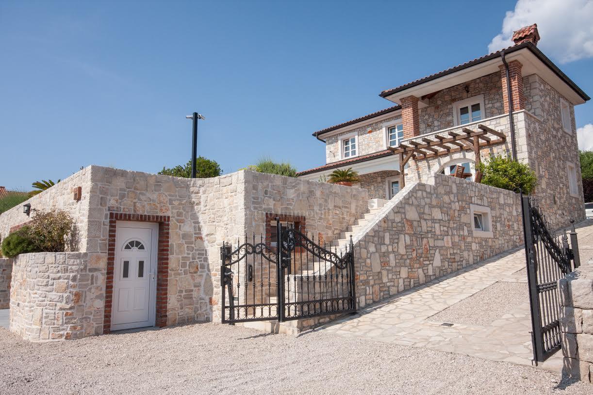 Mediteranska villa - klasična elegancija s rustikalnim detaljima