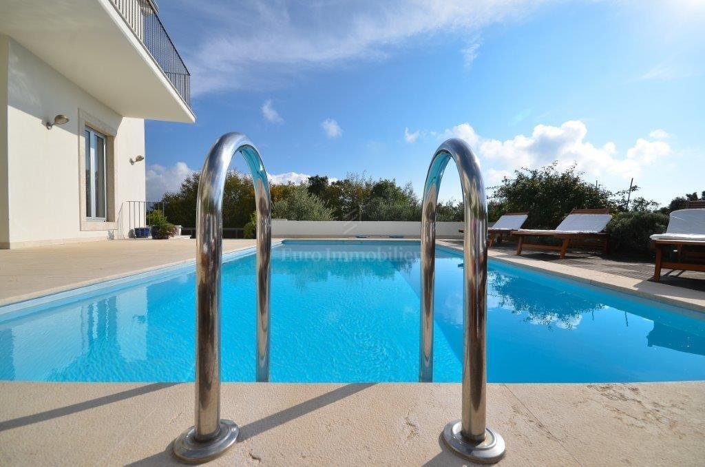 Prozračna villa s bazenom idealna za opuštanje