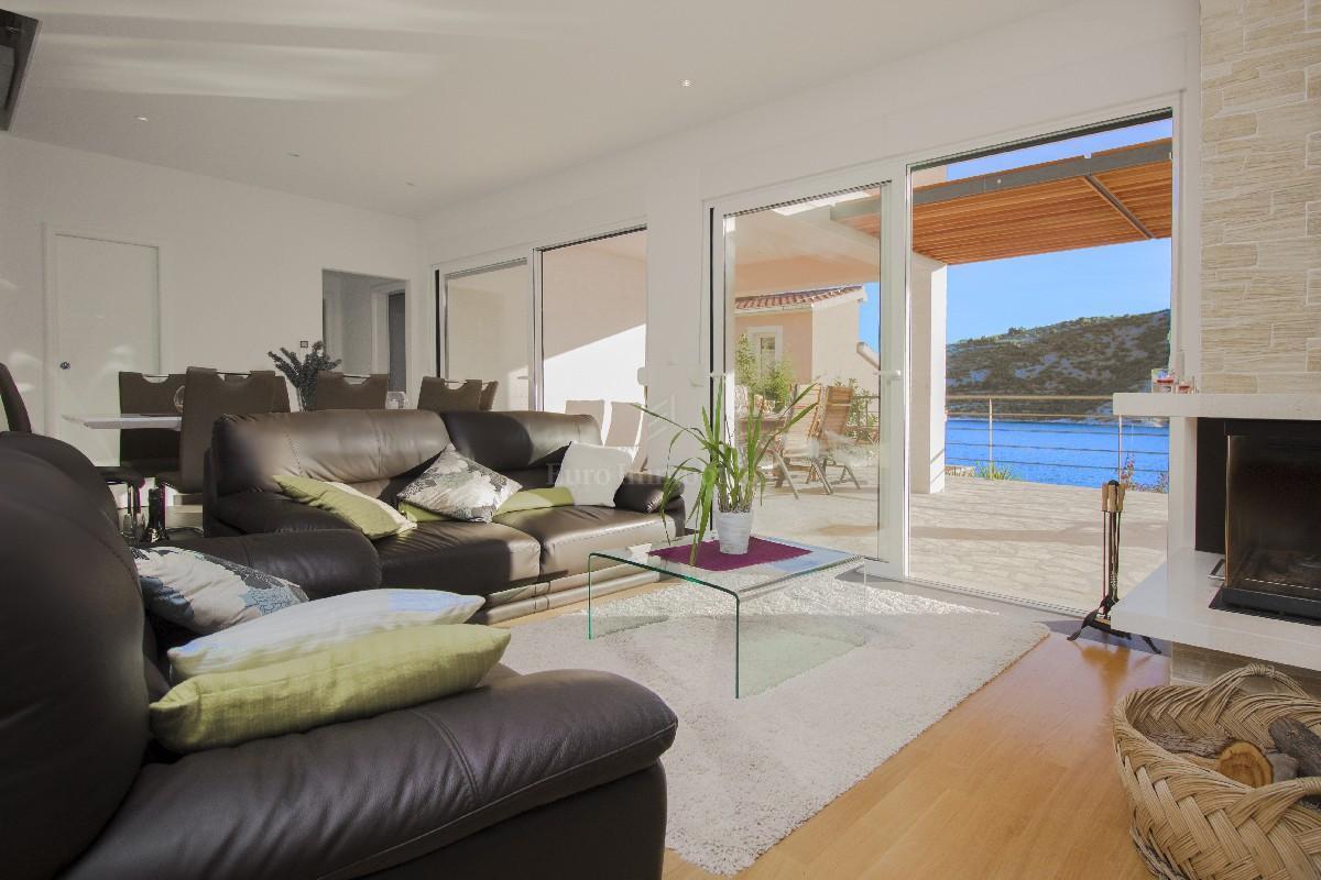 Schöne Villa auf dem exklusiven Lage, nur 50 m vom Meer, Haus