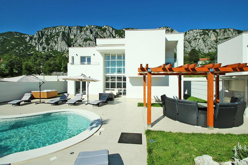 Luxury villa with pool and sauna in a quiet location
