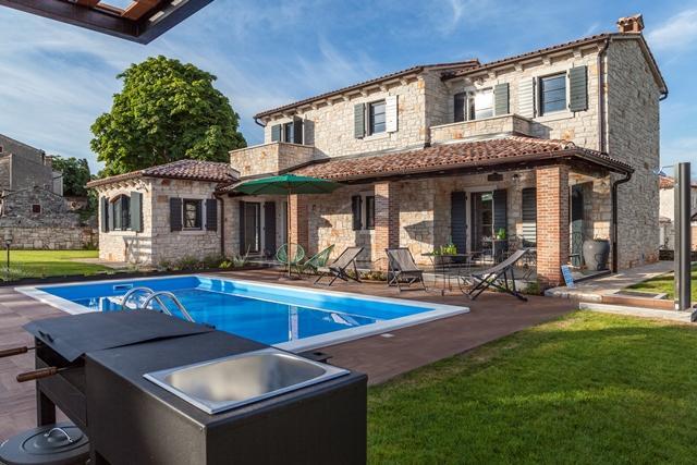 Kamena villa s bazenom i prostranom okućnicom