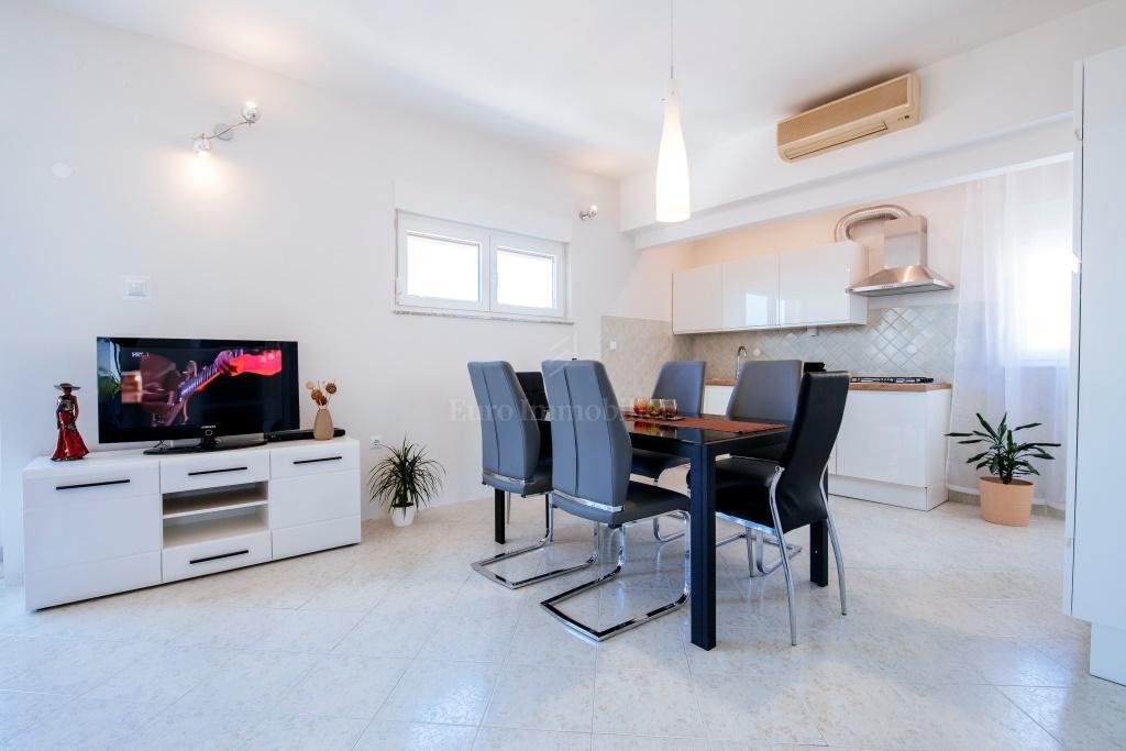 Moderno uređeni apartman, drugi red od mora