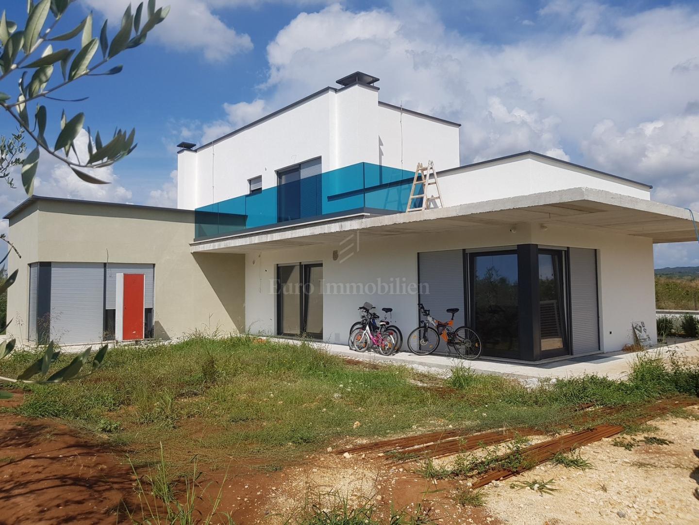 Neues Haus Mit Pool Und Garten Haus