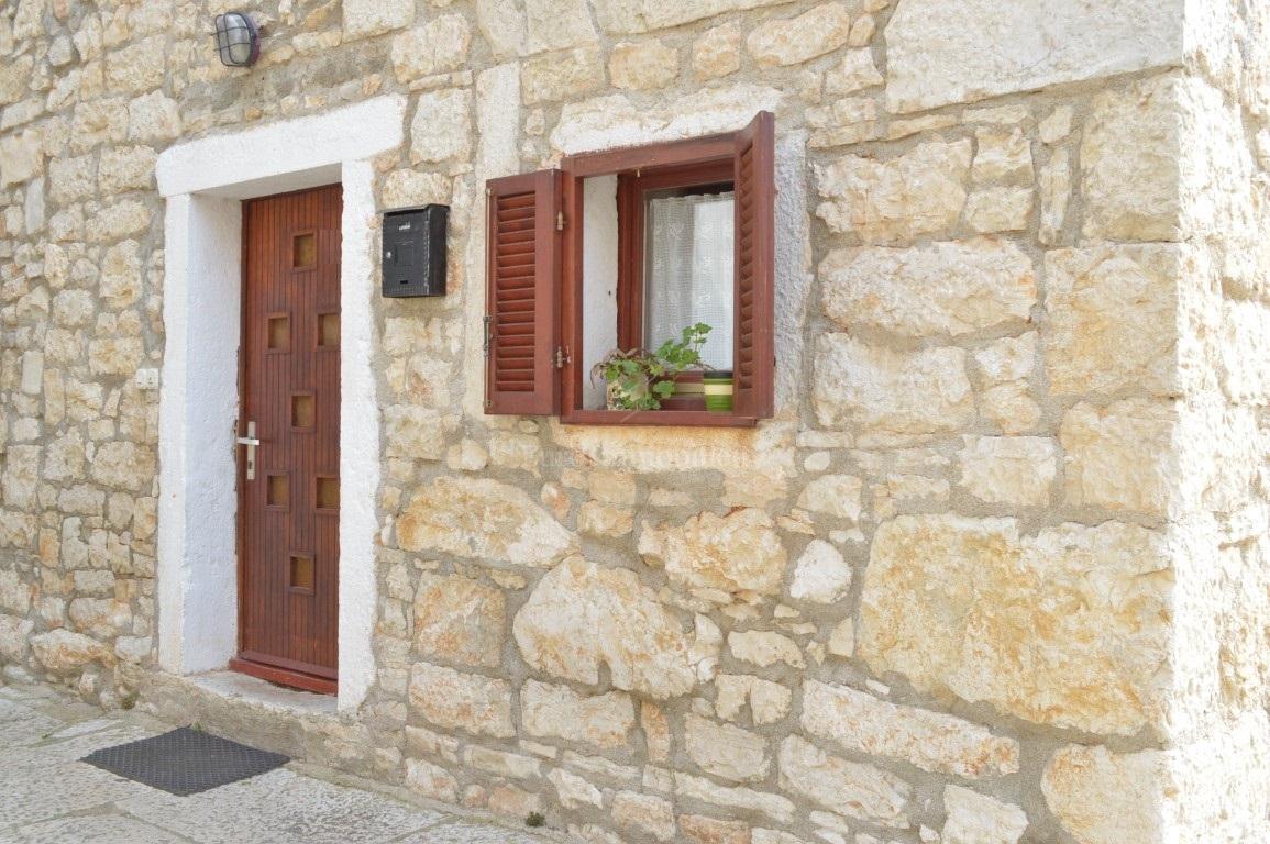 Kamena kuća s poslovnim prostorom