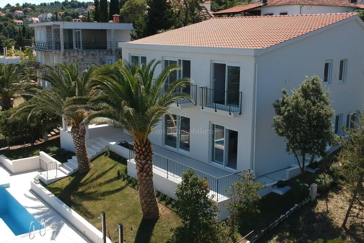 Moderna villa prvi red do mora