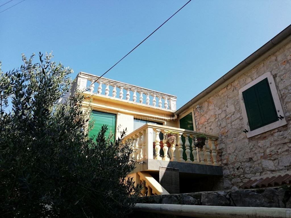 Kamena kuća sa četiri opremljena apartmana, blizina mora
