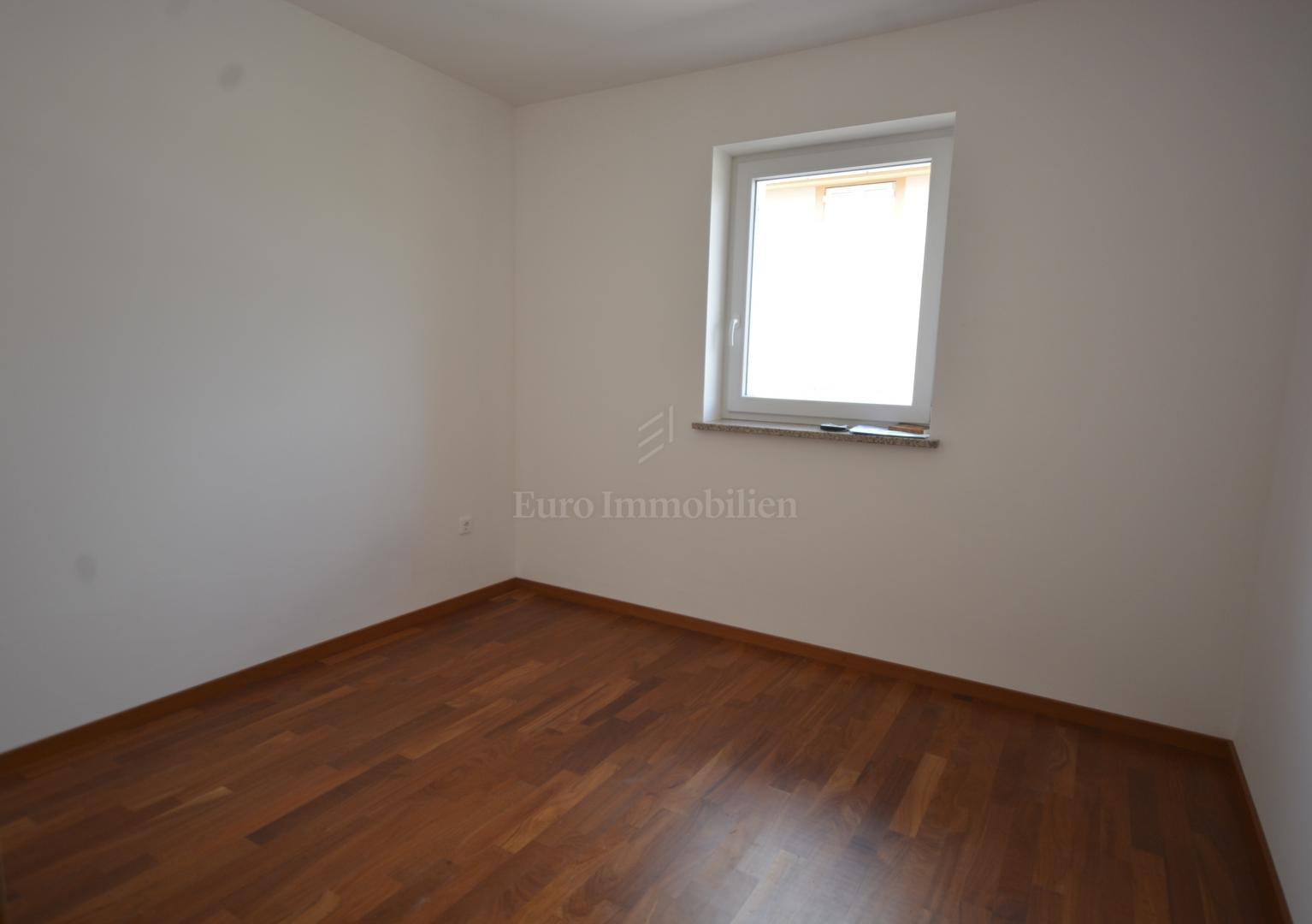 Nekorišteni dvosobni apartman na prvom katu