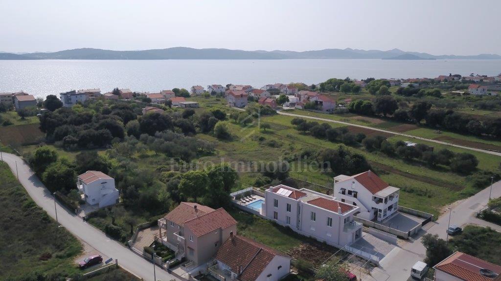 Kuća sa tri namještena apartmana 300 m od mora