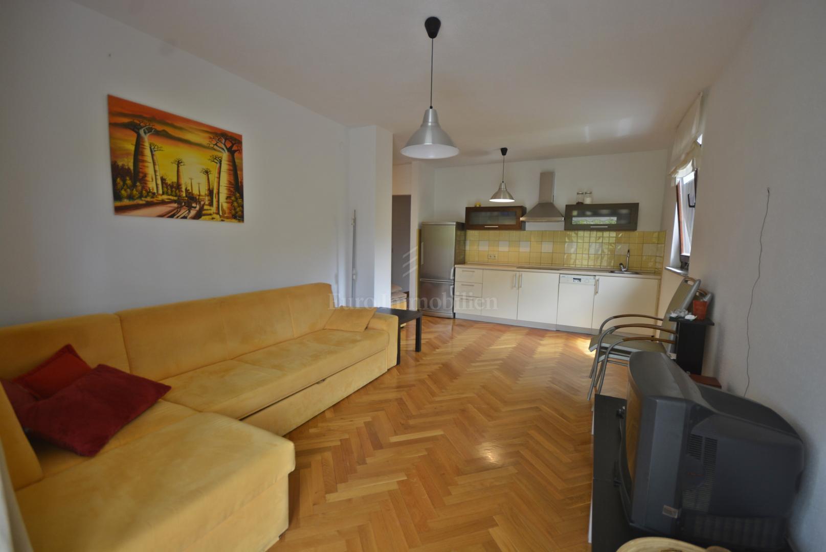 Opremljeni apartman u prizemlju s okućnicom