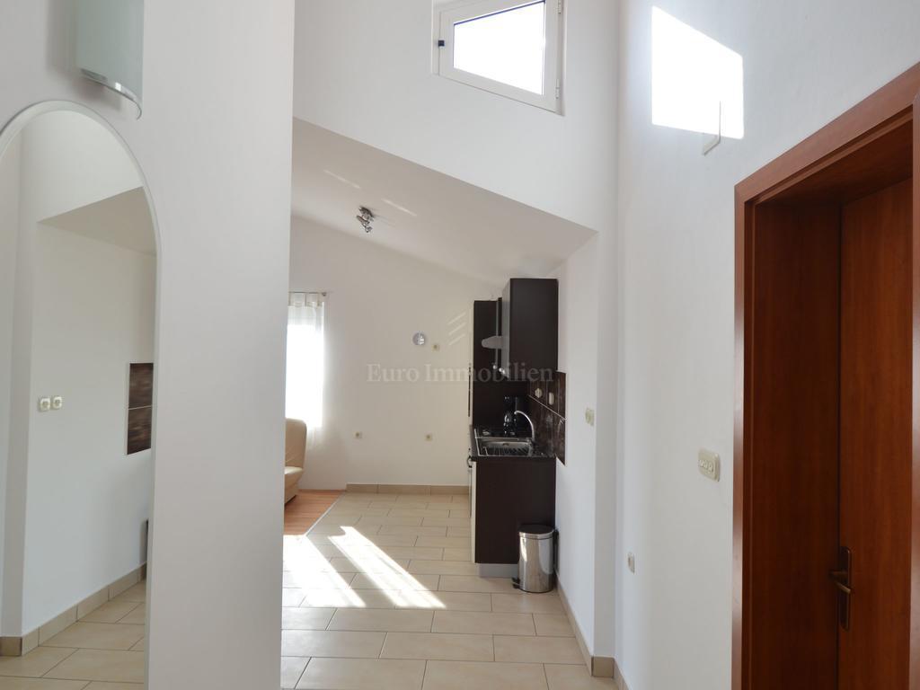 Obiteljska kuća sa četiri apartmana 100 m od mora