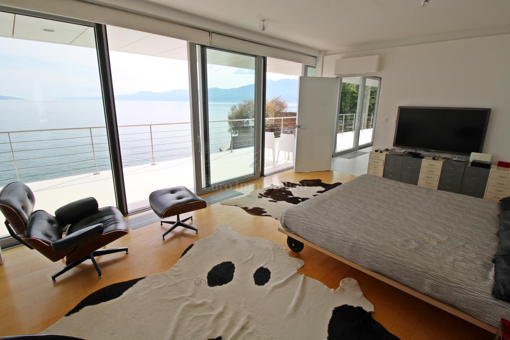 Impressionante villa sul mare! Sinergia di spazio, uomo e mare!
