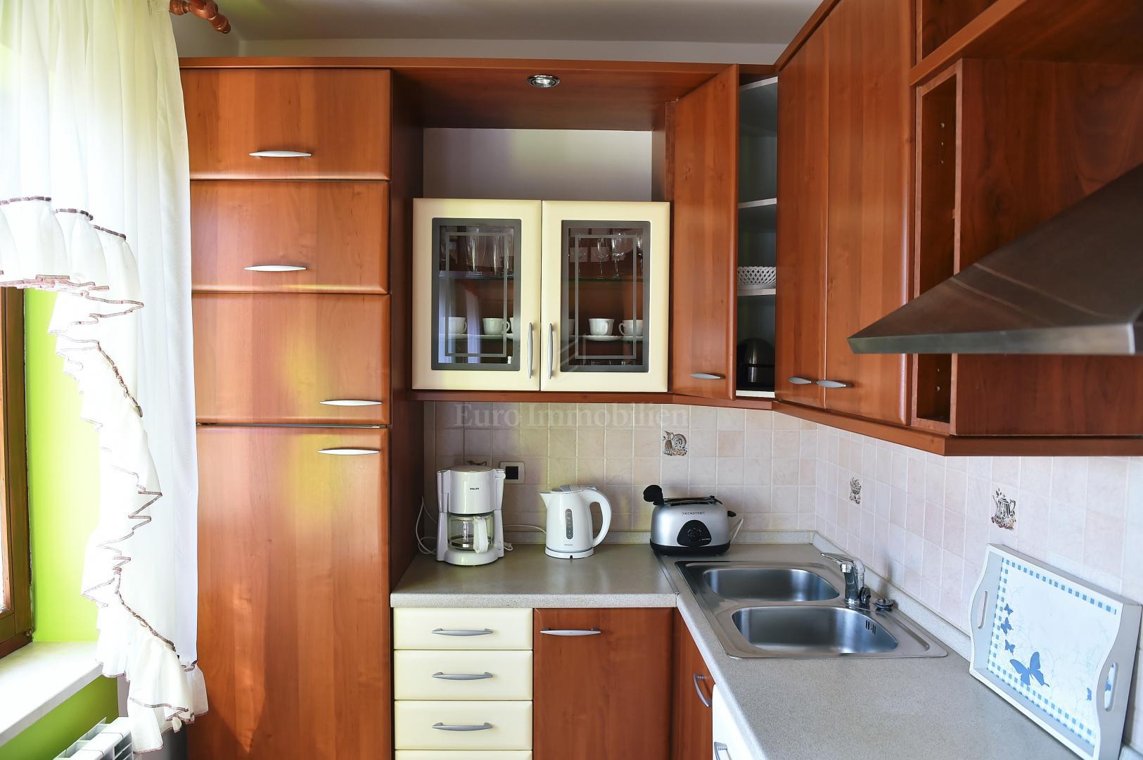 Samostojeća kuća sa tri apartmana! Odlična investicija!