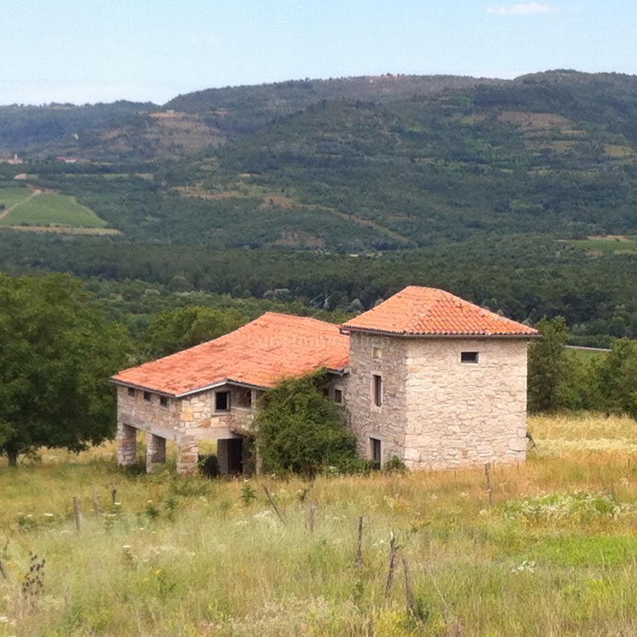 Geräumiges Anwesen mit Steinschloss und Grundstück von 22206 m2!