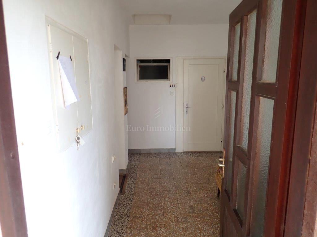 Samostojeća kuća sa dva trosobna apartmana