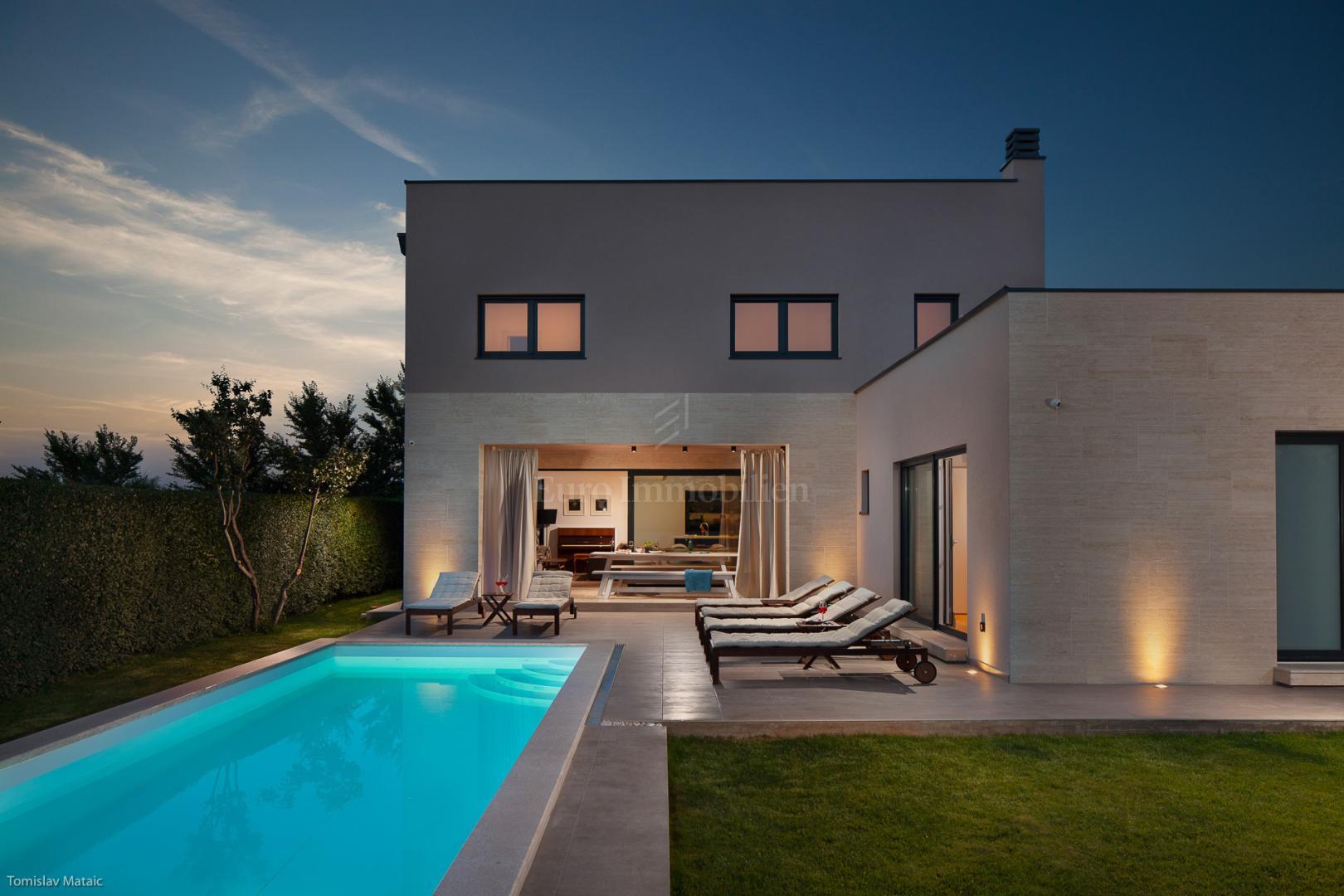 Prozračna villa s bazenom u mediteranskom okruženju!