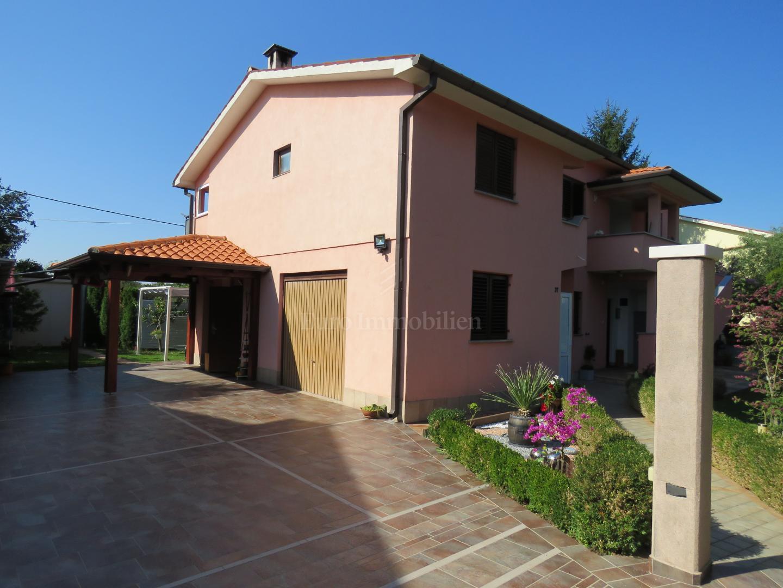 Casa indipendente con tre grandi appartamenti e una piscina!