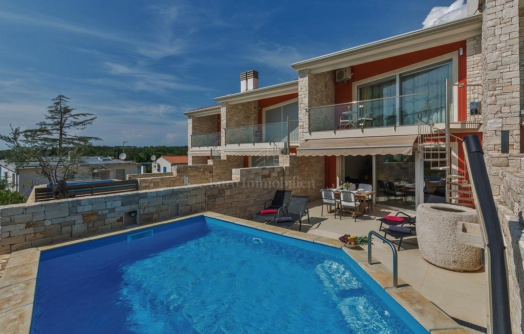 Beautiful house in a row with swimming pool and sea view