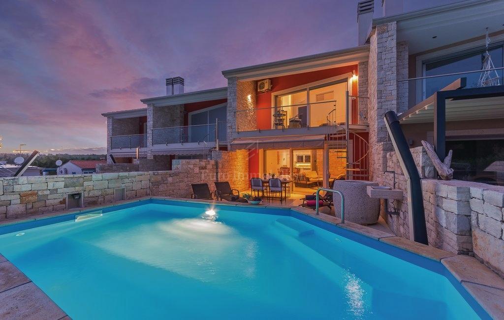Bella casa in fila con piscina e vista mare