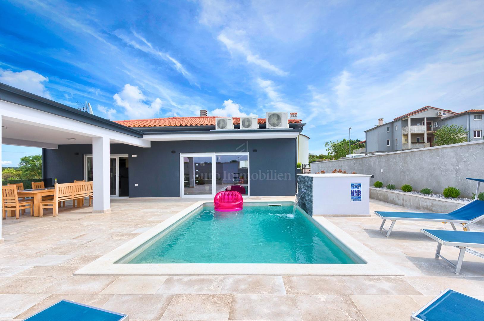 Neues Haus mit Pool! Modernes Design!, Haus