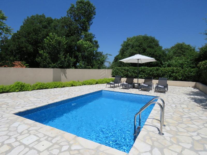Samostojeća kuća s bazenom i prostranom okućnicom!