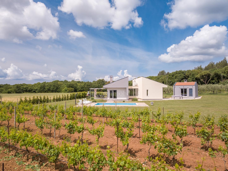 Modernes Haus mit Pool in intimer Lage!