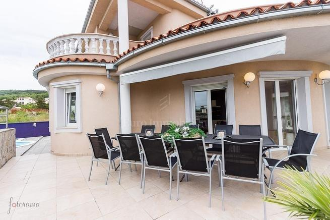 Villa with pool; 4 residential units!