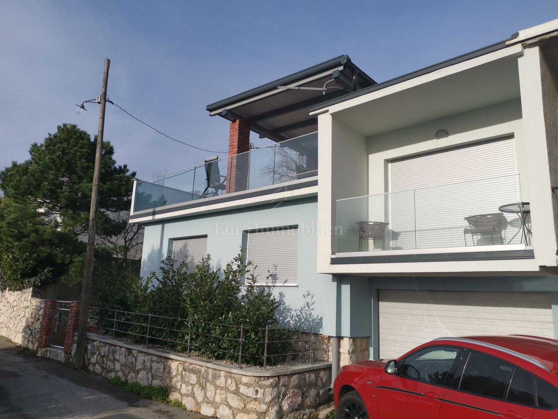 Kuća sa garažom blizu mora i centra