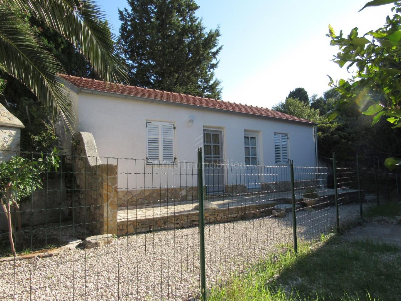 Kamena kuća u nizu i dva odvojena studio apartmana