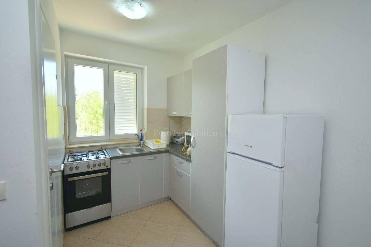 Prodaja komfornog trosobnog apartmana na prvom katu, 300m od mora,Malinska!