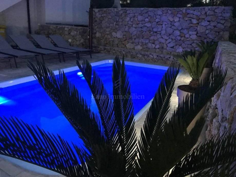Lijepi apartman sa pogledom na more i bazenom!