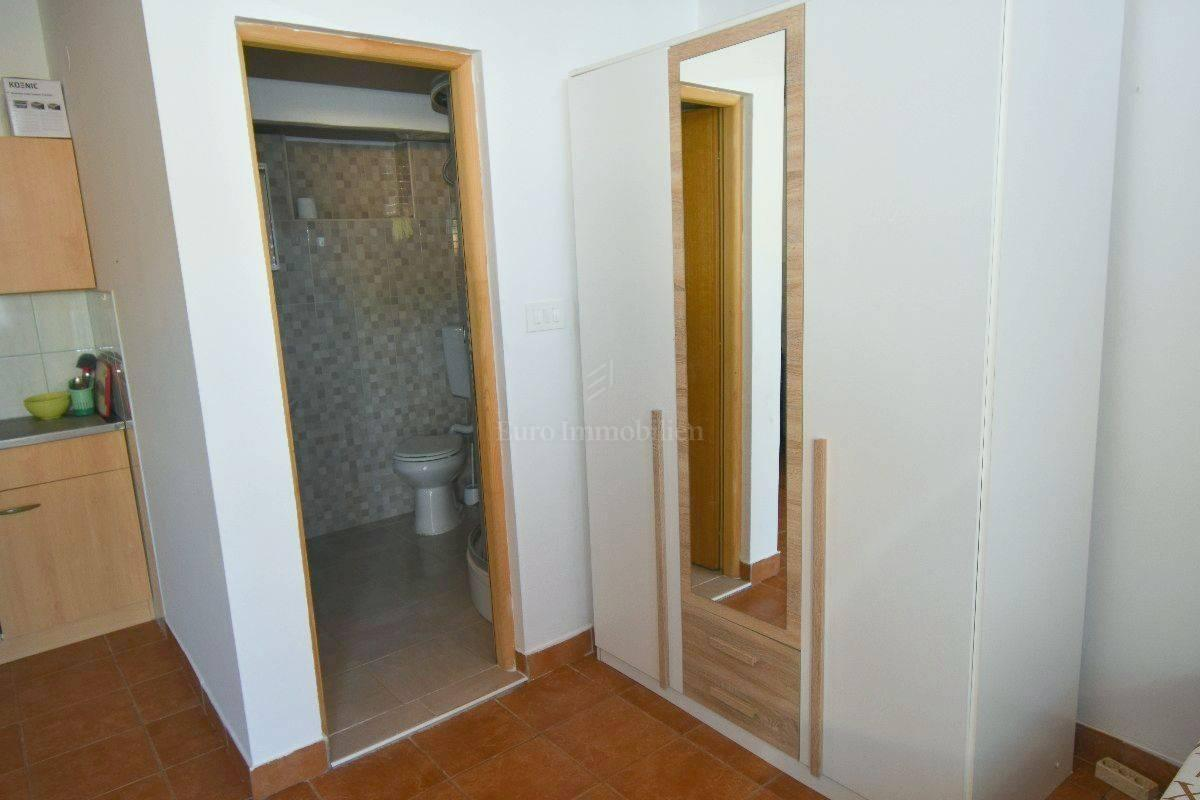 Kuća s 4 apartmana! Prilika za investiciju! Malinska!